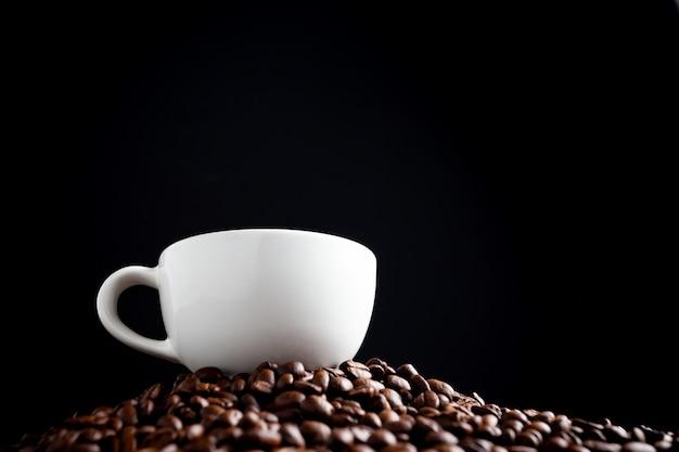 Grãos de café e café.