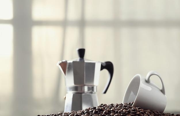 Grãos de café e cafeteira