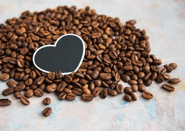 Grãos de café e cartão em forma de um coração