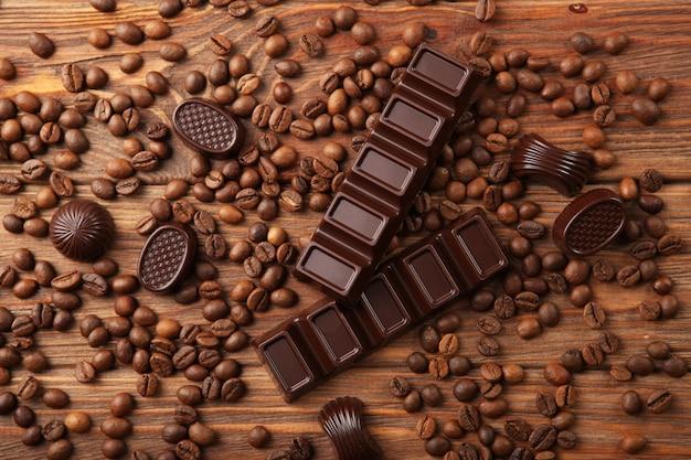Grãos de café e chocolate na mesa