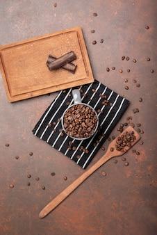 Grãos de café e chocolate vista superior