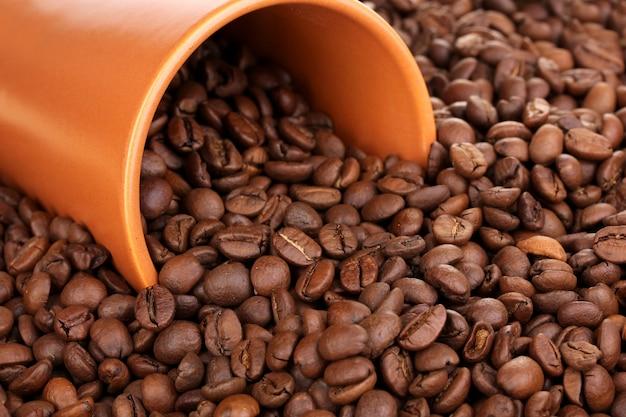 Grãos de café e close-up da xícara