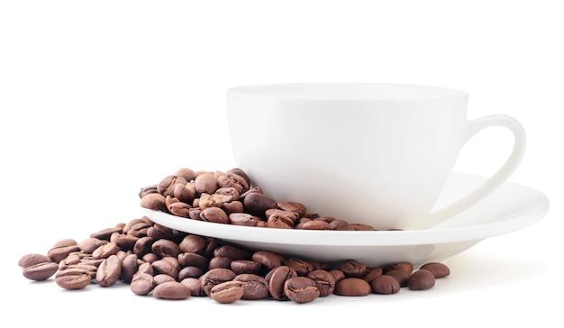 Grãos de café e close-up do copo branco sobre um fundo branco. isolado