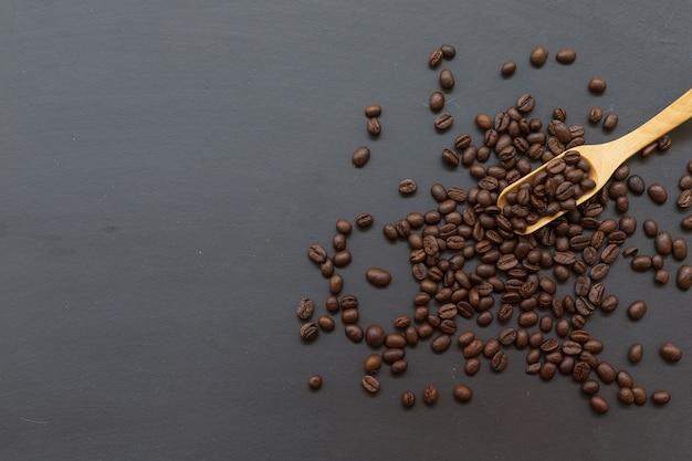 Grãos de café e colher de pau