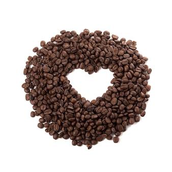 Grãos de café e espaços em forma de coração, isolados em um fundo branco