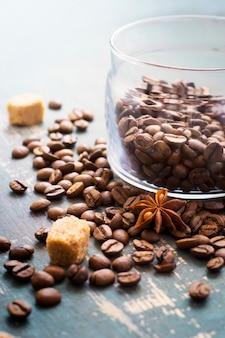 Grãos de café e estrelas de anis