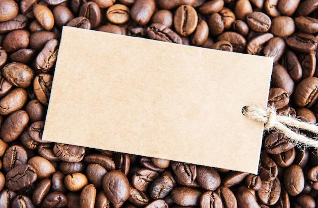 Grãos de café e etiqueta de preço