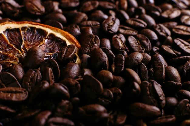 Grãos de café e laranja seca na mesa da cozinha