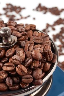 Grãos de café e moedor de café