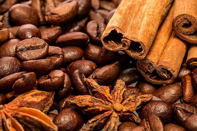 Grãos de café e paus de canela.