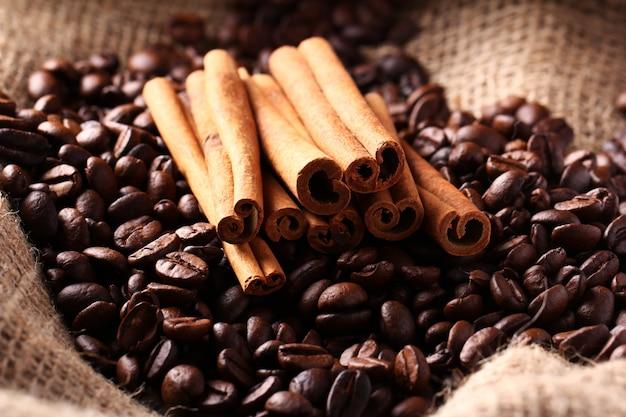 Grãos de café e paus de canela