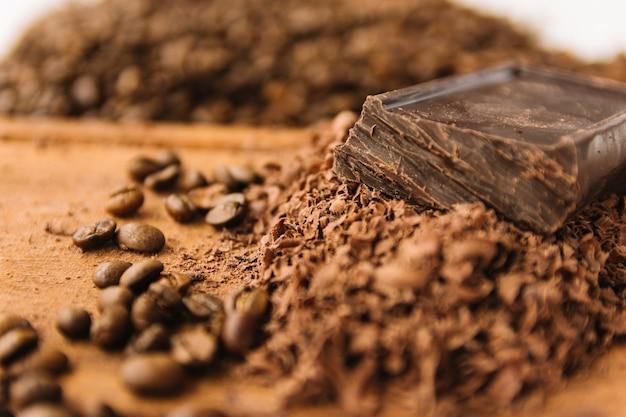 Grãos de café e pepitas de chocolate na tábua de cortar