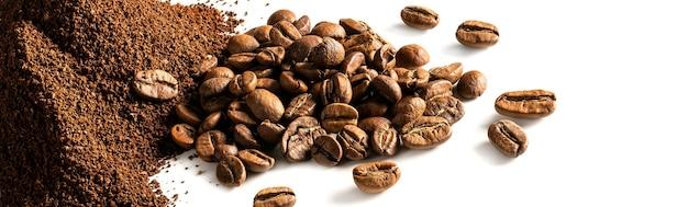 Grãos de café e pó de café isolados no fundo branco ou banner da web.