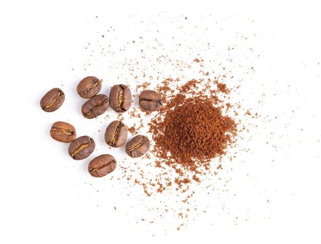 Grãos de café e pó isolados no branco