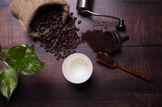Grãos de café e pó moído com uma xícara de café