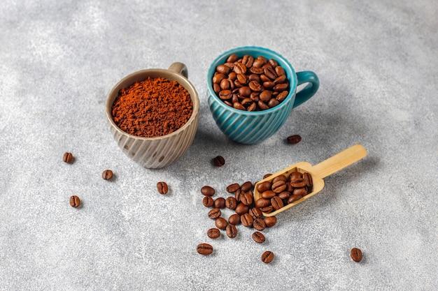 Grãos de café e pó moído.