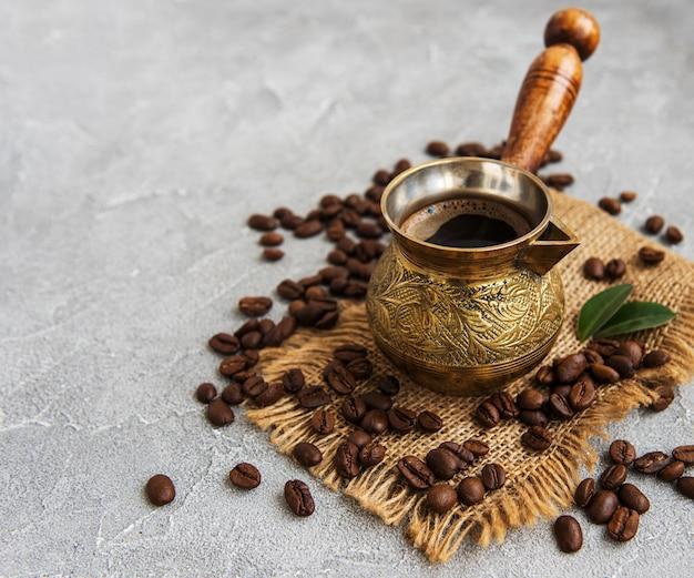 Grãos de café e turk