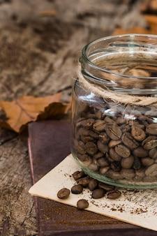 Grãos de café em ângulo alto