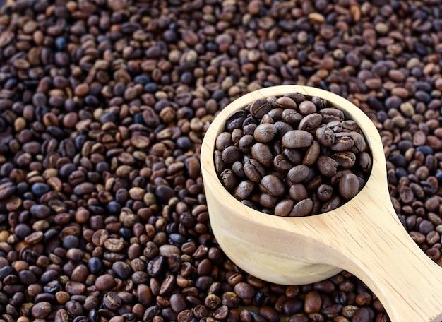 Grãos de café em bolw de madeira.