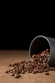 Grãos de café em caneca