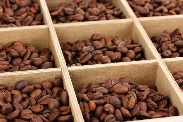 Grãos de café em close-up de caixa de madeira