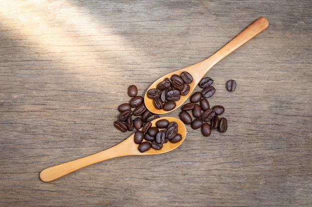 Grãos de café em colheres de madeira