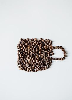 Grãos de café em copo de forma