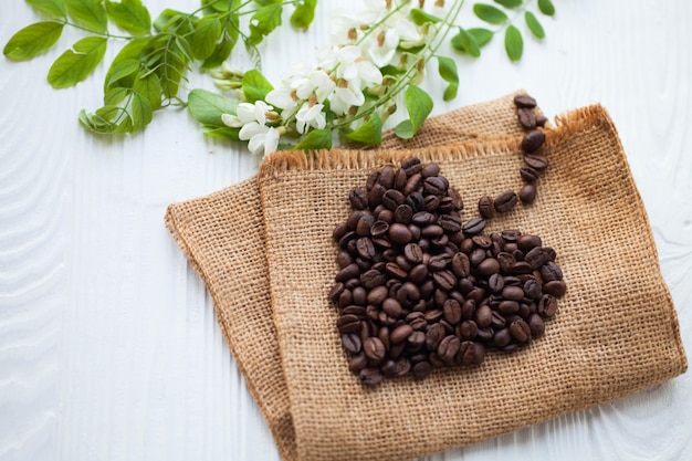 Grãos de café em forma de coração com fundo branco isolado
