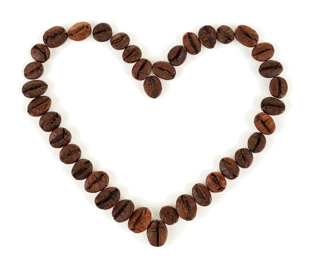 Grãos de café em forma de coração isolados no branco