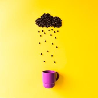 Grãos de café em forma de nuvem chuvosa com copo roxo na parede amarela. conceito de tempo.