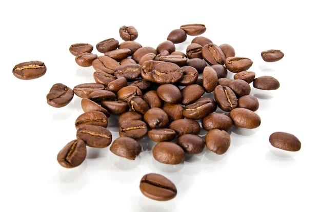 Grãos de café em fundo branco