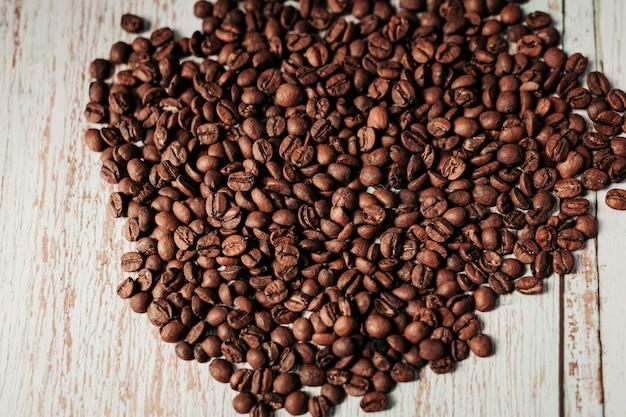 Grãos de café em fundo de madeira grunge