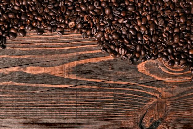 Grãos de café em fundo de madeira