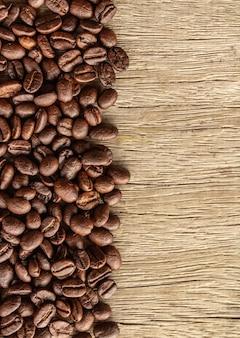 Grãos de café em madeira velha