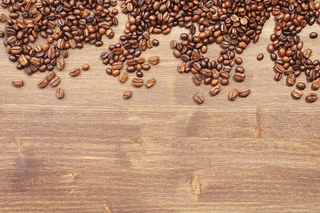 Grãos de café em madeira