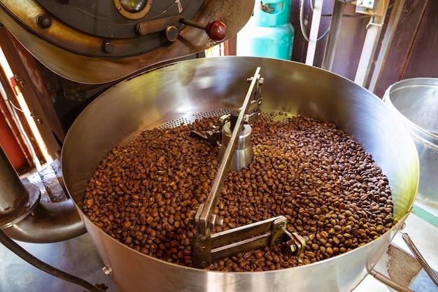 Grãos de café em máquinas de torrefação