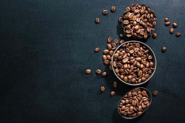 Grãos de café em pequenas tigelas. vista do topo. conceito de café.