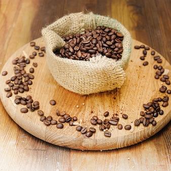 Grãos de café em saco de aniagem