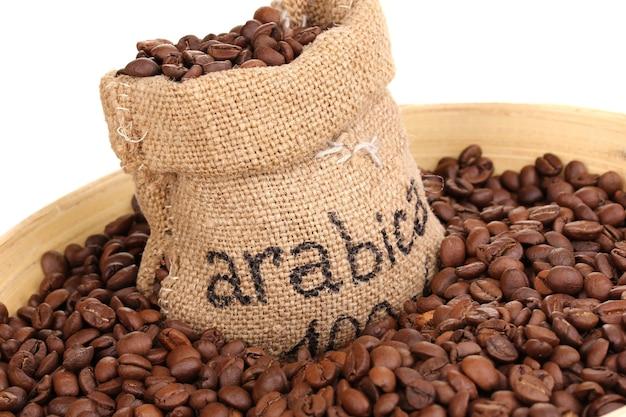 Grãos de café em saco e tigela close-up