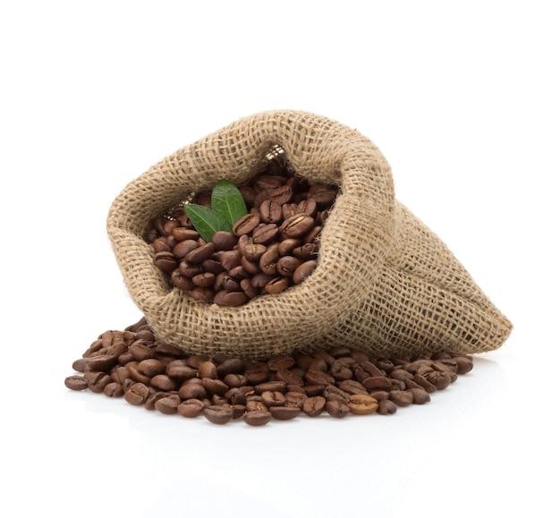 Grãos de café em saco isolado no fundo branco