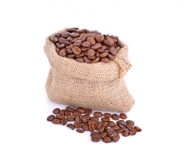 Grãos de café em saco saco isolado no branco
