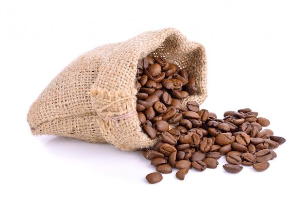 Grãos de café em saco saco isolado no branco Foto Premium