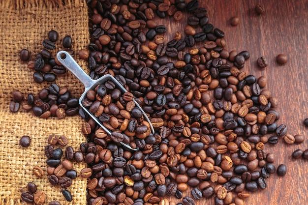 Grãos de café em sacos em um fundo marrom