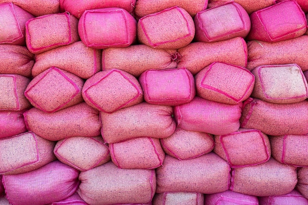 Grãos de café em sacos rosa no armazém