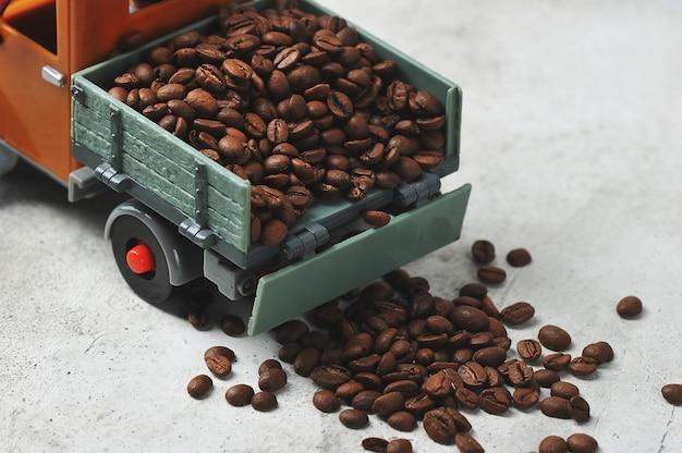Grãos de café em um caminhão de brinquedo