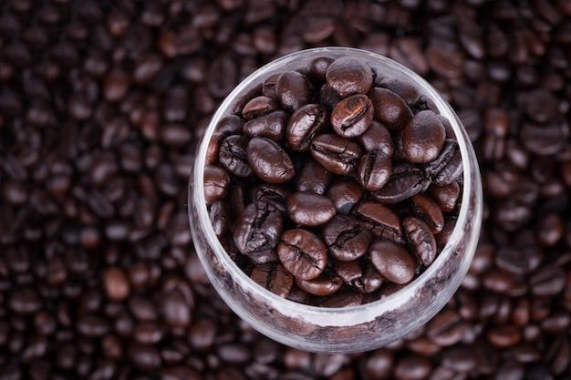 Grãos de café em um copo.