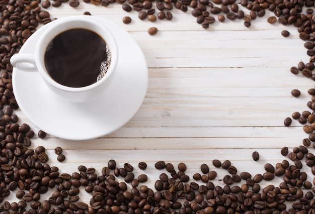 Grãos de café em um espaço em branco