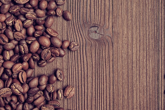 Grãos de café em um fundo de placa queimada
