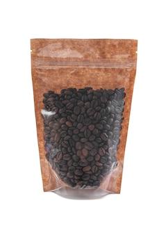 Grãos de café em um saco de papel pardo. doy-pack com janela de plástico para produtos a granel. fechar-se. fundo branco. isolado.