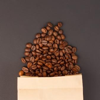 Grãos de café em um saco de papel - vista superior